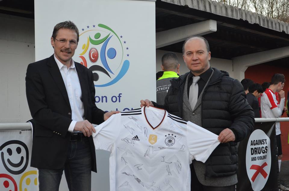 Baden Württemberg Futbol Federasyonu Başkan Yardımcısı Jürgen Calm, Avrupa Türk Spor Birliği Genel Sekreteri Seyfi Alp'e, Almanya Milli Takımı'nın 2014'de Brezilya'da Dünya Şampiyonu olduğu kadroda yer alan futbolcuların orjinal imzaları bulunan formayı takdim etti.