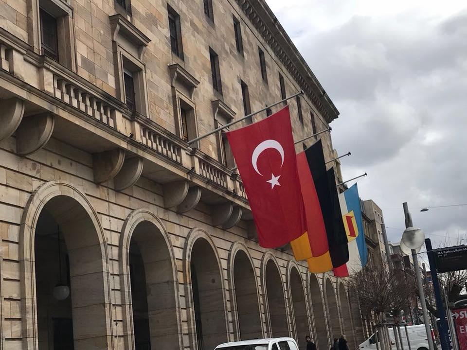 Mannheim Belediye Binasına Türk Bayrağı Asıldı