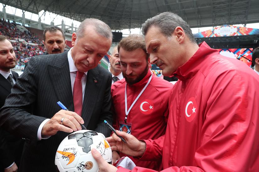 """""""Türkiye bugün, hem kendini savunmanın hem de geleceği inşa etmenin çabası içindedir"""""""