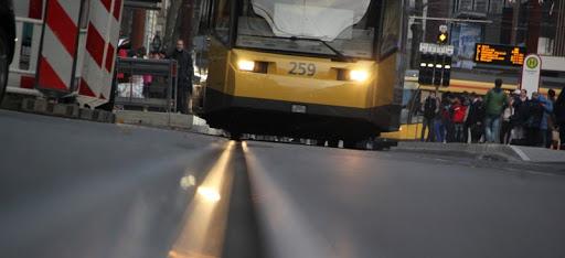 Tramvayda '2 m mesafe bırak' tartışması şiddete döndü.. 2 yaralı..