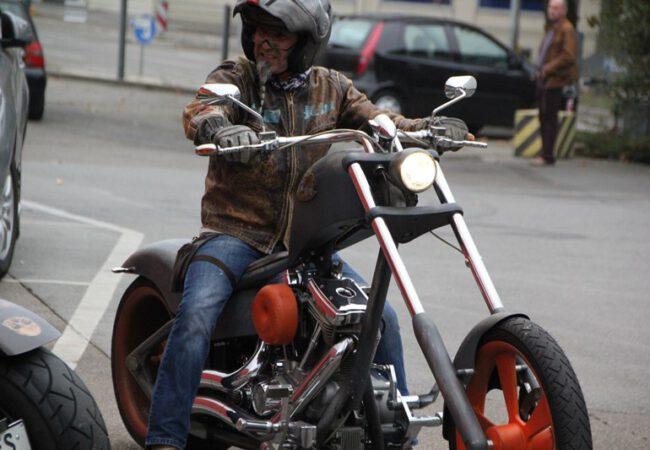 7 bin motorsiklet tutkunu Karlsruhe'de kısıtlamaya, ' Hayır' dedi.